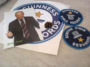 adesivi, spilla e foto con autografo di Gerry Scotti