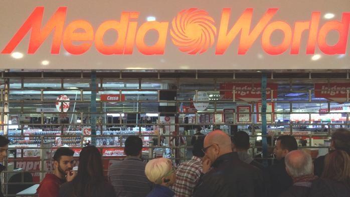 persone in fila al Mediaworld di Grugliasco
