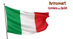 bandiera Italia con Tuttosport e Corriere dello Sport
