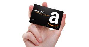 buono regalo Amazon con mano
